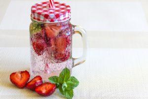 Woda z truskawkami